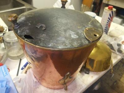 Afbeelding van de restauratie van een metalen voorwerp (koperen kit) door Restauratieatelier Heerewaarden