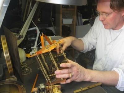 Jan Willem Pette restaureert een antieke klok